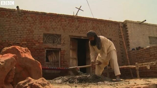 Pakistan: segni di pace. Musulmani aiutano i cristiani a ricostruire la lorochiesa