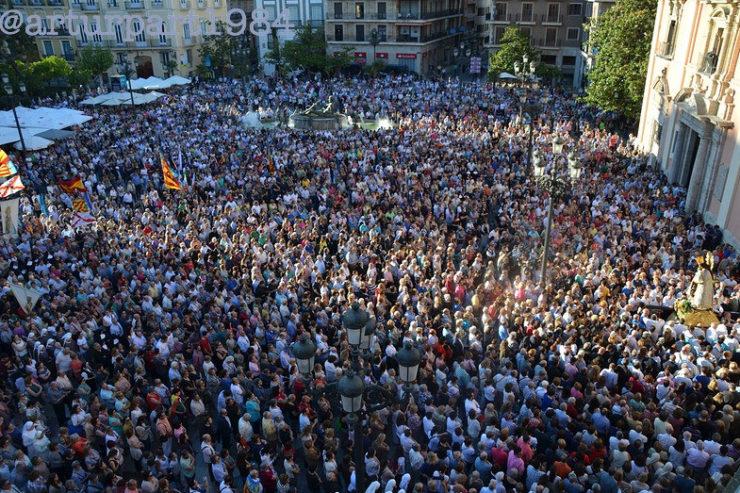 Spagna: agli atti blasfemi delle lobby Lgbt contro la fede cristiana, i cattolici rispondono in forze, con la preghiera. Migliaia di cattolici in piazza per la SantaVergine