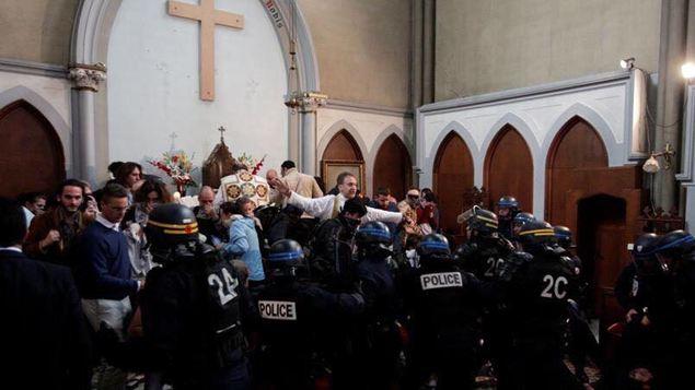"""Parigi, """"profanazione di Stato"""": cattolici si oppongono alla demolizione della chiesa di Santa Rita. La polizia irrompe durante la celebrazione della S.Messa"""