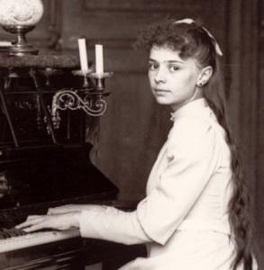 elisabeth_de_la_trinitc3a9_jouant_du_piano2