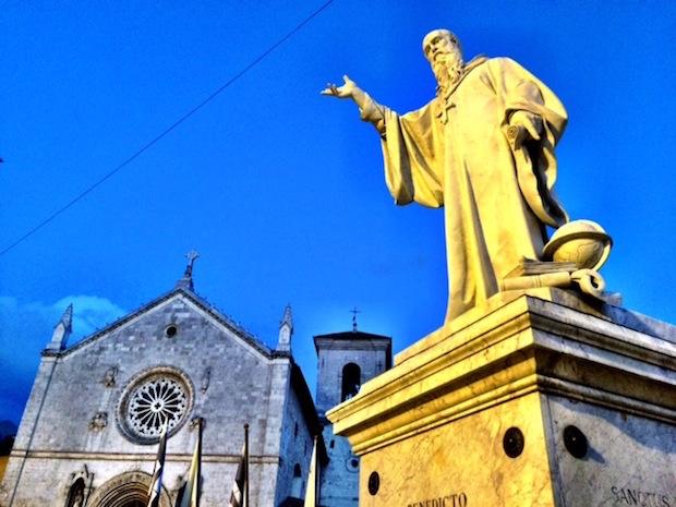 """Norcia, colpo al cuore dell'Europa cristiana. Basilica distrutta dal sisma, la preghiera dei benedettini: """"Noi risorgeremo, è la promessa di NostroSignore""""."""