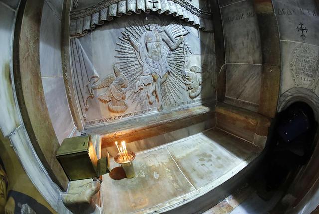 """Apertura della tomba di Cristo: team di studiosi sorpresi da """"Dolce aroma e perturbazioni elettromagnetiche"""""""