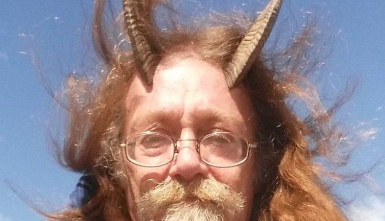 Un seguace della Wicca si batte per avere le corna nella foto della propria patente diguida…