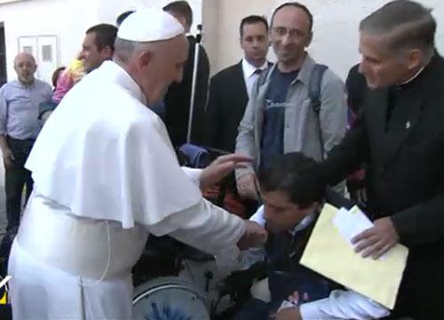 Il Papa e l'esorcismo di Angel, l'uomo che offre le sue sofferenze in riparazione dei delitti dell'aborto