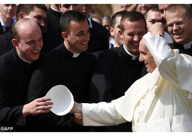 """Il Papa: """"No a sacerdoti che sostengono la cosiddetta cultura gay""""..e poi non dite che il Papa non parlachiaro"""
