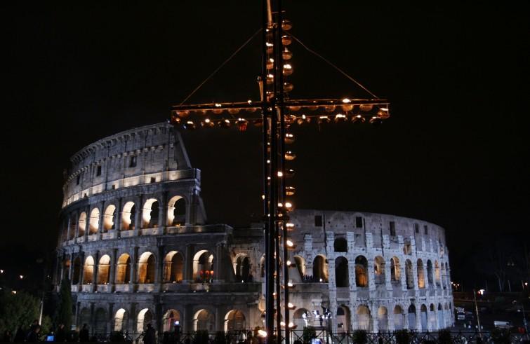 Via Crucis con Papa Francesco. Veglia per asciugare le lacrime: sul Golgota è questione di Vita, unico antidoto alla banalità delmale