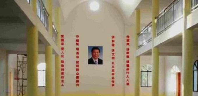 Le autorità comuniste profanano una chiesa cattolica in Cina e sostituiscono le immagini sacre con la foto di XiJinping